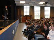Maik Scheffler berichtet Schülern des Gymnasiums über sein früheres Leben. Foto: Tautenhahn